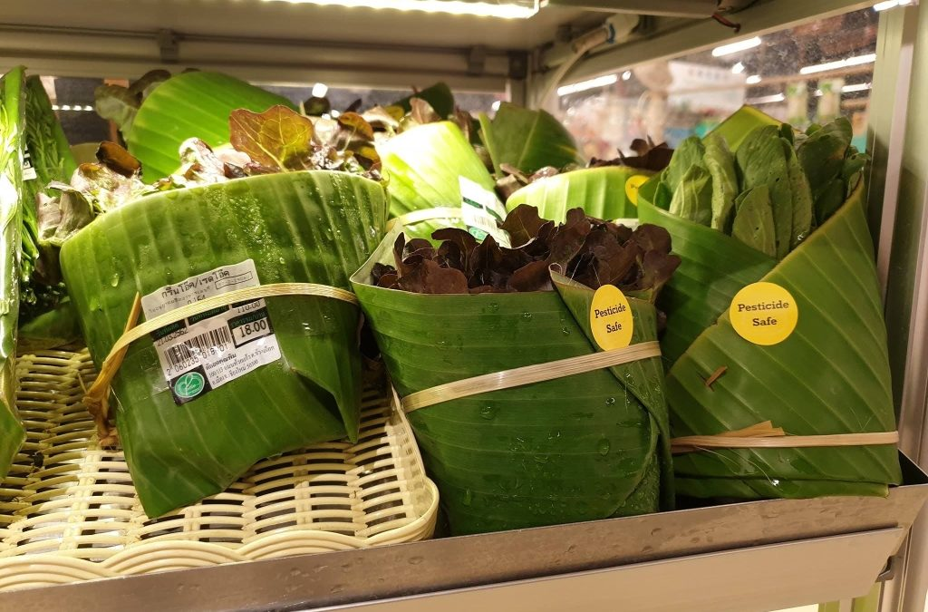 This Supermarket in Thailand Uses Banana Leaves Instead of Plastic to Reduce Plastic Waste